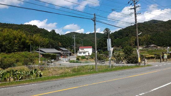 Taki-cho, Japón: 相鹿瀬側の登り口。奥の山を越えます。