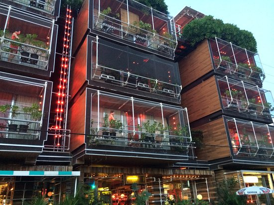 Reina Roja Hotel: From the Street, Evening