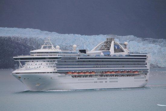 Parc national et réserve de Glacier Bay, AK : I think this is the Grand Princess near a glacier - huge ship gives idea of scale of glacier