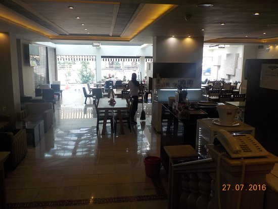 Hellinis Hotel: Desde o simpático barzinho, antes de descer a escadinha, visão da sala do café-da-manhã