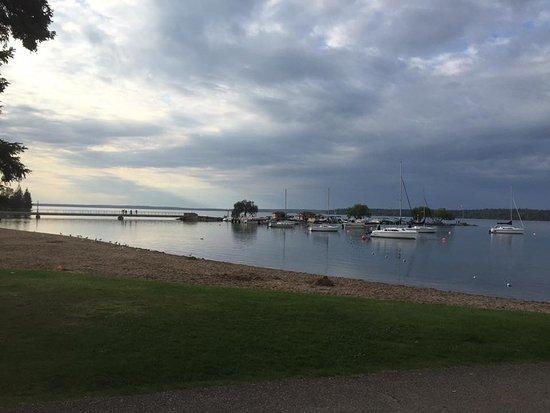 Wasagaming, Canada: Clear Lake main beach marina area