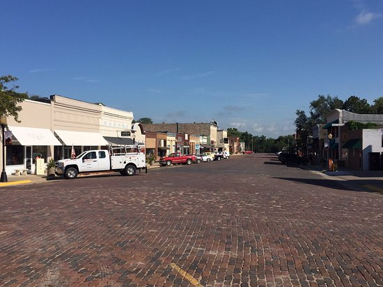 Cottonwood Falls, KS : View (looking south) in Downtown (restaurant on left)