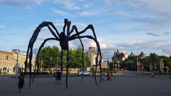 Ottawa, Canadá: Front entrance spider sculpture.