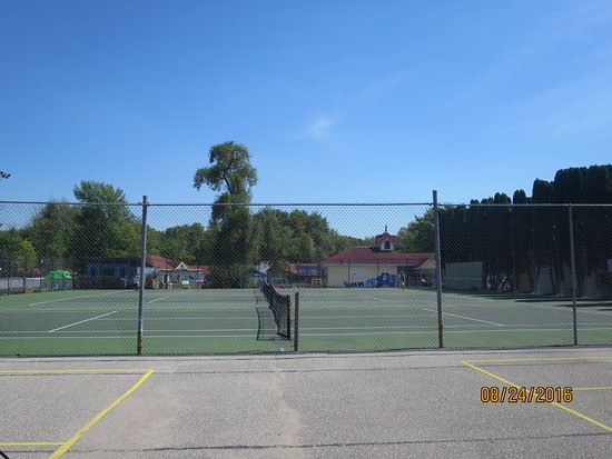 Fern Resort: Tennis Court