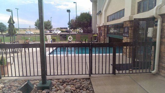 Hampton Inn and Suites Pueblo-Southgate: Suite 104 overlooks the indoor/outdoor pool and spa.
