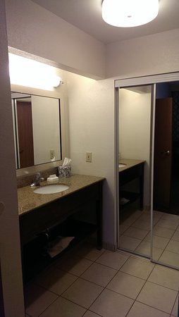 Hampton Inn and Suites Pueblo-Southgate: The sink is separate from the tub/toilet.