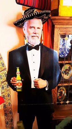 La Mesa, Californië: The Dos Equis Mexican Beer Man in the Restaurant