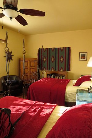 La Posada Hotel: Part of our family was in this room.