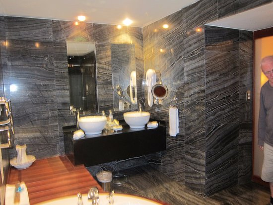 Aranwa Cusco Boutique Hotel: Modern fixtures with a nice big spa