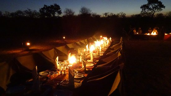Inyati Game Lodge: Cena al aire libre