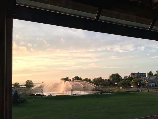 Silver Beach Pizza: Over looking the fountain in Saint Joseph