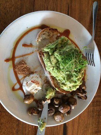 Thornbury, Австралия: Smashed avocado and mushrooms.
