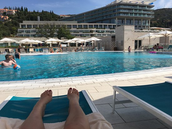 Orasac, Hırvatistan: Looking at the hotel from the pool