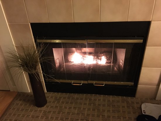 Eastland Suites Hotel & Conference Center: Un petit feu de cheminée en plein mois d'Août ! ;-)