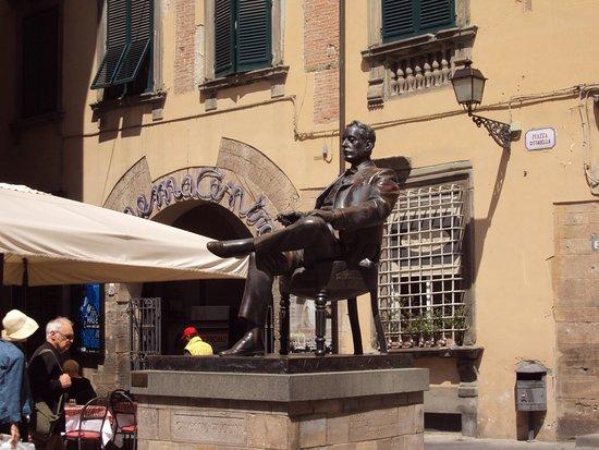 Puccini Museum - Casa natale : Piazza Cittadella & Puccini's statue