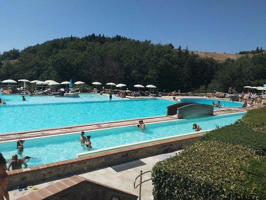 Кверчегросса, Италия: foto scattata sotto l'ombrellone con vista sulle piscine!