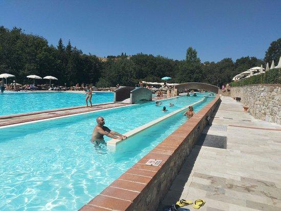 Lunga piscina che termina con una cascata picture of for Piscina con cascata