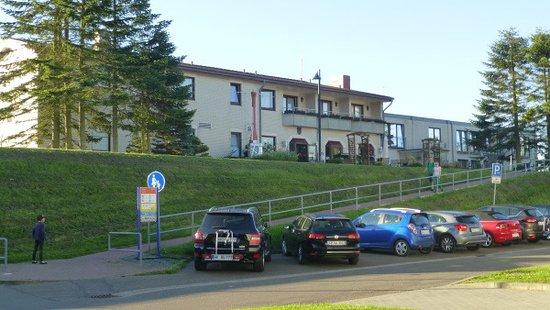 Strandhotel Fernsicht: Plenty of parking and 10 min walk into Tönning, nice river views