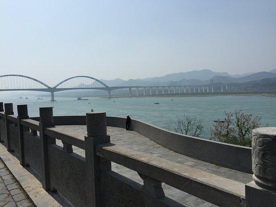 Yichang, China: Вид на Янцзы