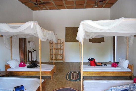 Matemwe Bandas Boutique Hotel, Zanzibar: Interior de la habitación cuadruple
