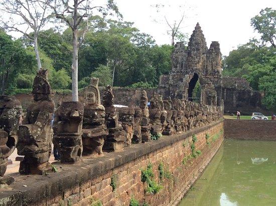 Angkor Thom : 橋からアンコールトムの観音さまを眺める