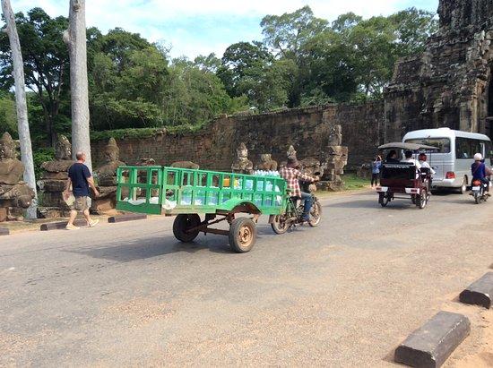 Angkor Thom : 水運びの車も渋滞に