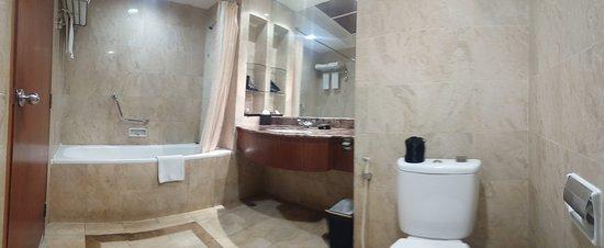 Hotel Aryaduta Manado: Kamar mandi + bathtub + shower