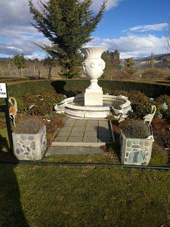 Cromwell, Nuova Zelanda: Urn in the Garden