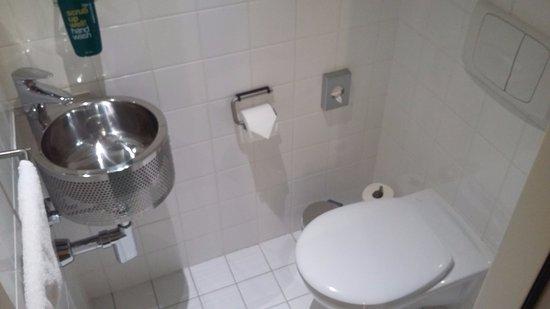 Lully, Suisse : Petit lavabo dans les WC apprecié