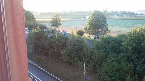 Lully, Suisse : Le calme de la campagne et aire des jeux pour les enfants au restaurant