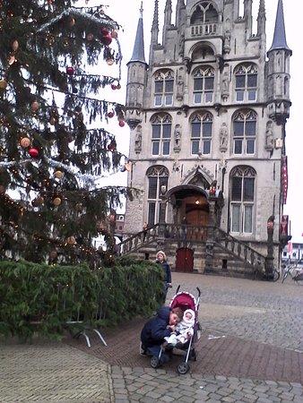 Gouda, Holandia: Devant de l'église avec énorme sapin de Noël