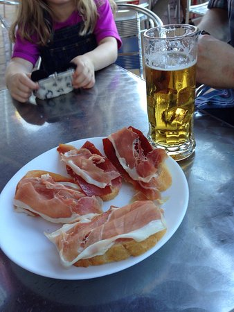 Pinos del Valle, Spain: Fantastic free tapas with every drink