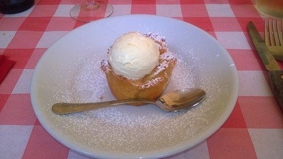 Trattoria Luciana: Tortino di mele con pallina di gelato
