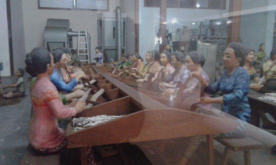 Kudus, Indonesia: diorama pembuat kretek tangan