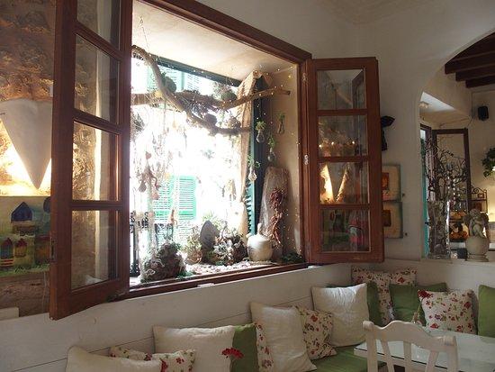Santanyi, Spanien: Décoration intérieure du restaurant