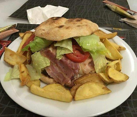 Hamburger di chianina, provola, bacon, insalata e cipolle croccanti. Il tutto condite da squisit