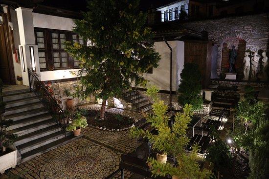 Hotel Mangalemi: Magical coutyard