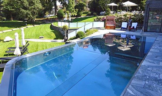 Spiez, Szwajcaria: Komfortabler Strandkorb sowie bequeme Liegestühle am Pool und im Park.