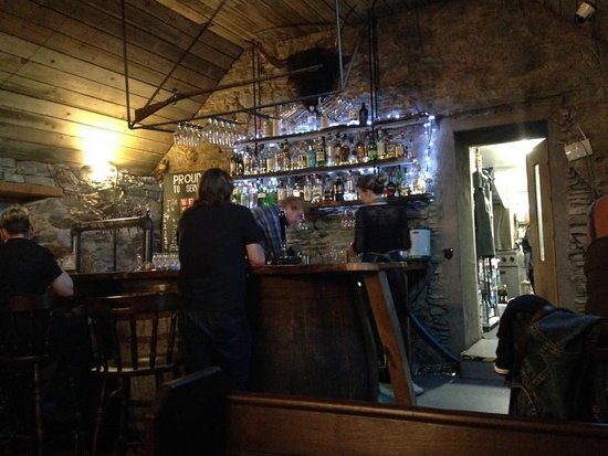 Appin, UK: Ordering some drinks at the bar