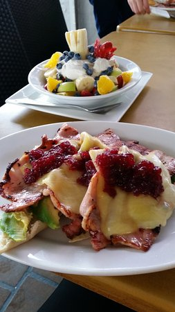 Mollymook, Australia: Fruit salad and the Beach Hut Delight. What a breakfast!