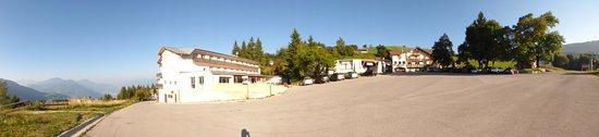 Vista hotel dal parcheggio . Piazza Polsa