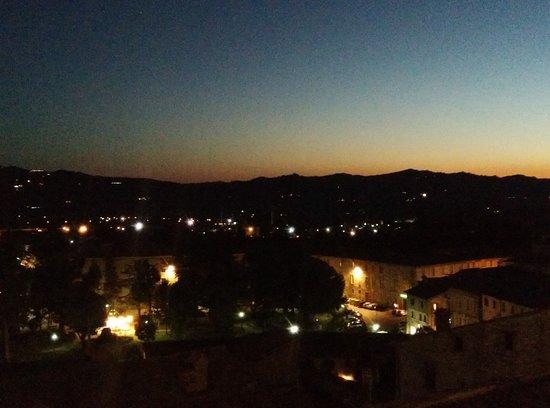 Gubbio, Italia: tramonto su piazza grande