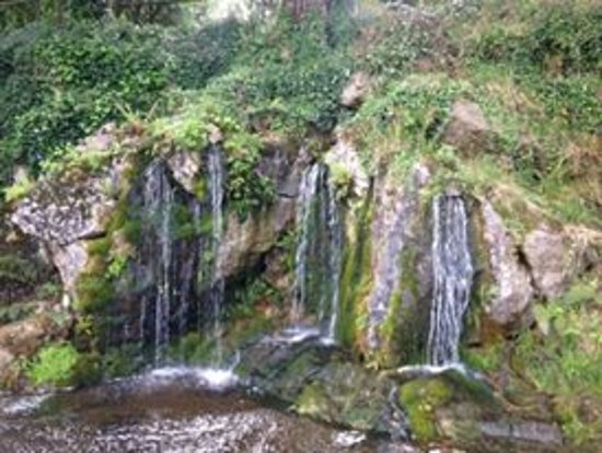 Jardines y Castillo de Blarkney: One of the waterfalls at the back of the grounds