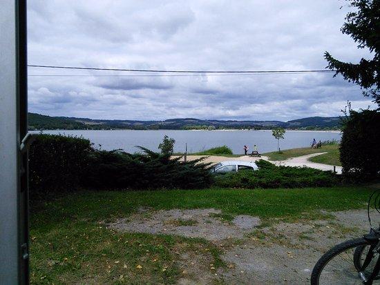 Vandenesse-en-Auxois, Франция: Vue du lac depuis un emplacement