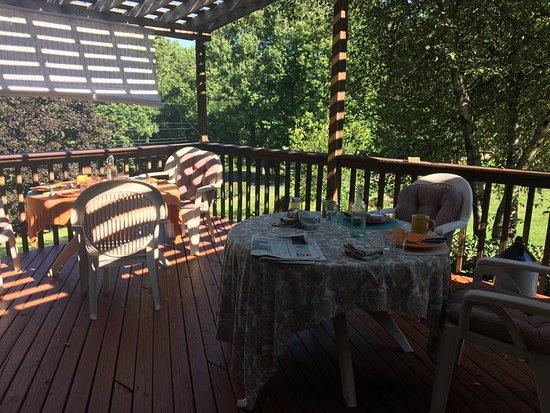 Fox Hill Bed & Breakfast: Breakfast on the deck