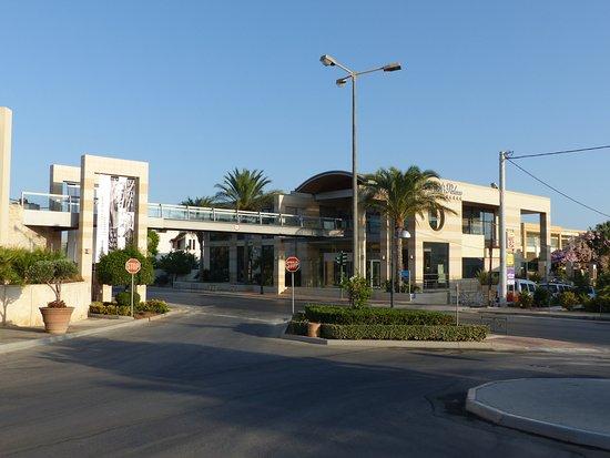 Minoa Palace Resort & Spa: Passerelle menant à la plage de l'hôtel (2min à pied)
