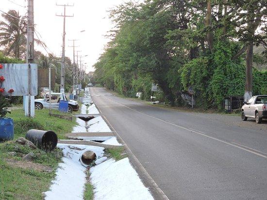 Pousada Topazio: rodovia que passa em frente a pousada, a menor BR do Brasil 7km é o que dizem...