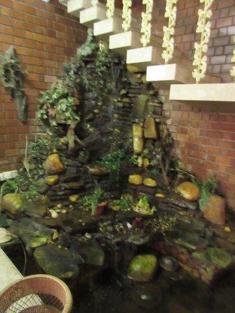 Garden Guest House : リビングに池!!