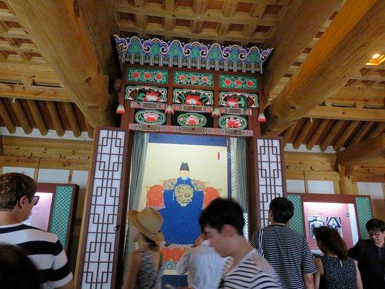 جيونجو, كوريا الجنوبية: 御真博物館の内観1