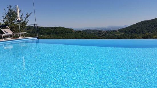 Agriturismo Il Serraglio: Pool with view